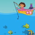 Dora en el mar pescando peces